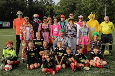Voetbalwedstrijd tegen verklede ouders in Vlagtwedde