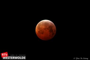 Kleumend kijken naar de maansverduistering