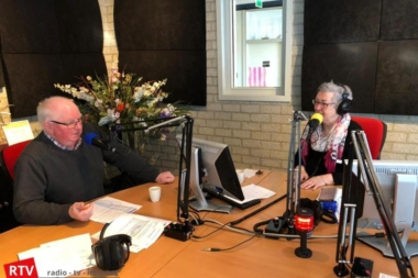 Wubbe Kuper was te gast bij Janny de Vries in studio RTV Westerwolde