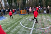FC-Emmen-jeugdspeler-geven-aftrap-nieuwe-pannakooi-H-Gerardusschool-Ter-Apel