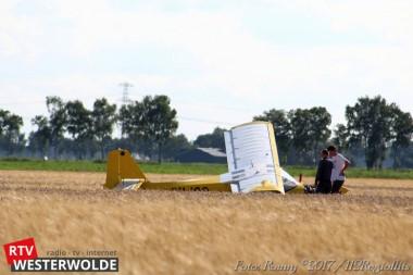 Ultralight vliegtuig maakt noodlanding in korenveld (Update)
