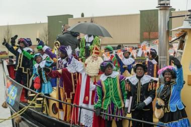 Sinterklaas toegejuicht door honderden kinderen in Winschoten