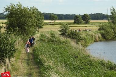 Wandelaars genieten van de natuur tijdens Westerwolde Wandelweekend