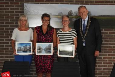 Prijswinnaars fotowedstrijd gemeentegids Westerwolde nemen prijzen in ontvangst