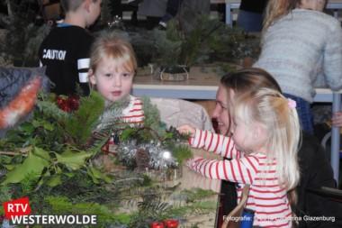 Kinderen maken kerststukjes bij kinderboerderij Cosis Oldambt