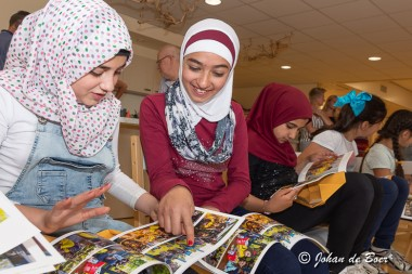 Kinderkoor Interschool Ter Apel ontvangt fotoboek als aandenken