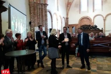Dokter Hans Berg reikt eerste brochure Wedde dat 't Lukt uit tijdens lancering netwerk Zorgzame Dorpen Groningen