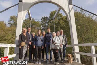 Wethouder Bert Wierenga onthult bord voor brug Jonkers Badde
