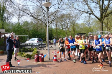 Wethouder Bart Huizing lost startschot 14 Gehuchtenloop