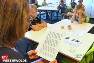 Locoburgemeester Giny Luth leest leerlingen basisschool op d'Esch in Sellingen voor